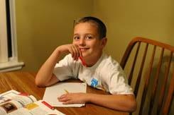 Niño con autismo estudiando