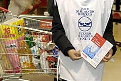 Imagen de un voluntario del Banco de Alimento en Eroski