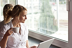 Trabajadora frente al ordenador