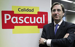 Tomás Pascual junto al nuevo logo
