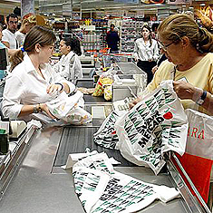 Cajera de El Corte Inglés dispensando bolsas de plástico