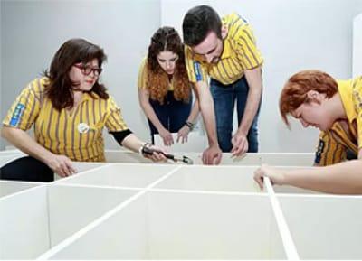 Trabajadores de Ikea trabajando