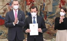 Iñaki Peralta, con el diploma del Premio Infanta Sofía para la Fundación Sanitas | Foto: Casa Real
